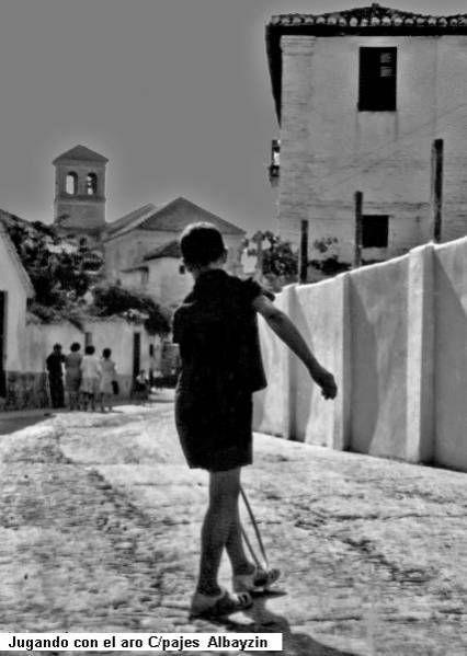 Niño jugando con su aro en el Albayzin