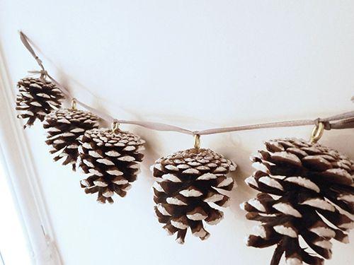 guirlande en pommes de pin pour decorer son sapin accrocher au mur ou apporter de la nature sur. Black Bedroom Furniture Sets. Home Design Ideas