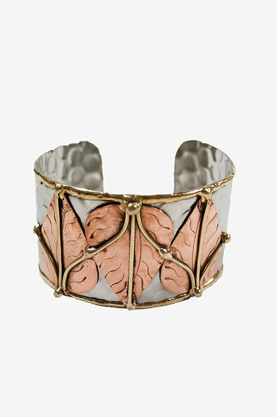 This cuff bracelet is silver-plated, and with an embellished coppery leaf pattern adorned with gold-colored detailing, it is the perfect fall accessory.
