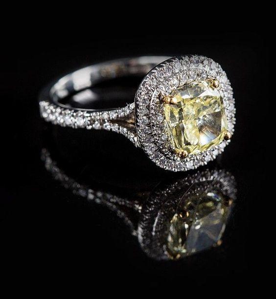 """Platinring mit intensiv leuchtend gelbem Diamant. Kissenförmig geschliffener Diamant """"fancy intens"""
