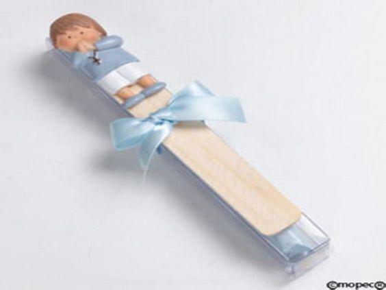 Punto libro niño rezando de lado 5caramelos - http://regalosoutletonline.com/regalos-originales/comuniones/punto-libro-nio-rezando-de-lado-5caramelos