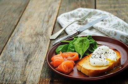 Gepocheerd ei met spinazie en zalm