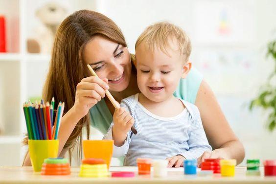 Colorier, peindre avec ses mains, associer des couleurs, toucher différentes textures… Les tout-petits sont souvent de nature curieuse et enclins à l'exploration. Comment les initier à l'art et quels sont les bienfaits pour les jeunes enfants? Réponses d'experts.