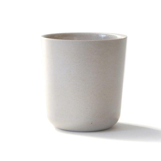 Conçu pour un usage quotidien, à la maison comme en voyage,Biobu [by Ekobo]offre une alternative à la vaisselle traditionnelle en mélamine, fragile ou jetable ! Pour optimiser sa durée de vie, la fibre de bambou biodégradable a été mêlée avec un liant composé de mélamine alimentaire.D: 9 x 8,5 cm. Youpie, elle passe au lave -vaisselle ! Par contre pas de micro-ondes. 6,50 € http://www.lafolleadresse.com/vaisselle-en-bambou/2308-tasse-9-cm-ekobo-gris.html