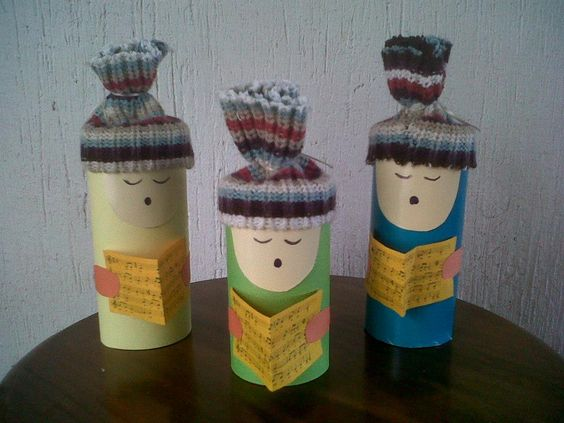 Cantores navideños con rollos vacios de papel