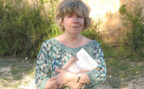 Suzanne Aubry avec son dernier tome de Fanette