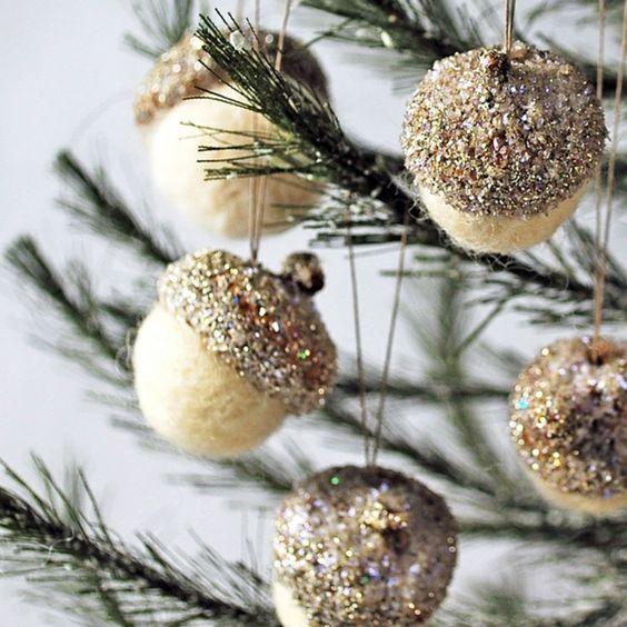 basteln naturmaterialien eichel glitzerspray weihnachten. Black Bedroom Furniture Sets. Home Design Ideas