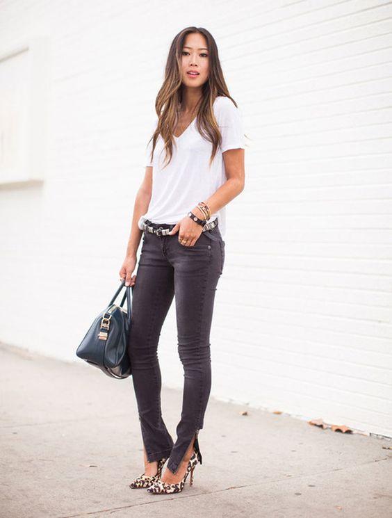 remera bàsica blanca, vaqueros y zapatos animal print