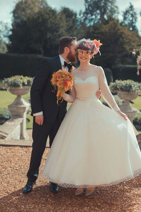 50 Funny 50s Retro Wedding Theme Ideas Weddingomania In 2020 Retro Wedding Dresses Country Style Wedding Dresses Tea Length Wedding Dress