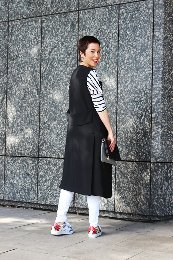 Durch Long-Jacken oder -Westen bekommt jedes noch so langweilige Outfit plötzlich den richtigen Dreh! Und dazu wieder eines der obligatorischen Ringelshirts, eine Destroyed-Jeans und alle Modefavoriten dieser Saison sind in einem Look vereint!