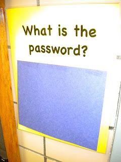 Bajo la cartulina azul, puedes poner una clave de acceso diferente cada día, cuando los niños entran al salón deben decir cual es la clave, esto les enseña las letras y números.