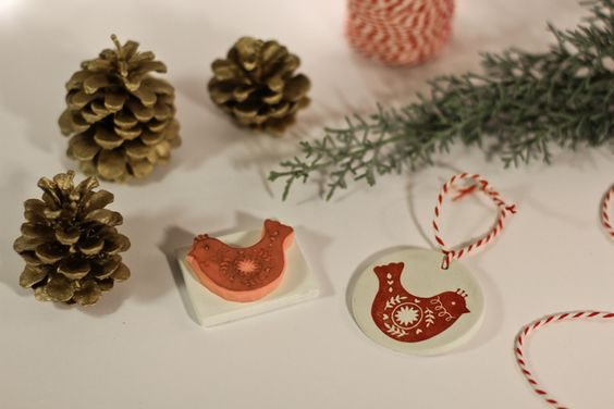 Tampon gravé à la main.  Tampon oiseau de noël travaillé avec des motifs / ornements, pour une décoration traditionnelle de type scandinave / nordique.  Utilisable avec tout types d'encres.  Frais...