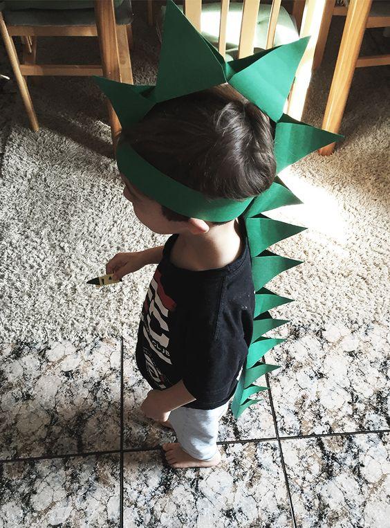 diy kids - cómo hacer un sombrero de dinosaurio con cartulina verde! idea muy útil para usar como disfraz este carnaval!