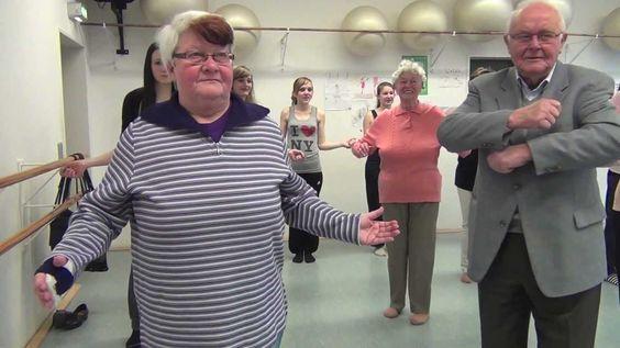 Senioren beim Videoclip-Dancing