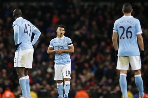 El Kun convirtió el único gol de su equipo en la derrota como local por 4-1; Manchester United venció, sobre la hora, 2-1 a Watford y quedó como escolta del sorpresivo líder, Leicester City. Noviembre 21, 2015.