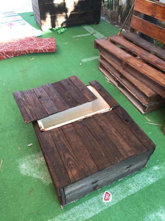 Mesa de madera reciclada de tarima y una hielera vieja for Mesas de tarimas recicladas