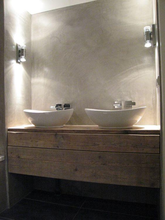 baño, encimera de madera de aspecto envejecido, lavabos de diseño con grifos empotrados en pared con acabado de microcemento
