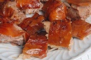 """Leitão assado à Bairrada é um dos pratos regionais mais conhecidos e apreciados da região da Bairrada, em Portugal, tendo sido nomeado uma das 7 Maravilhas da Gastronomia de Portugal.A qualidade do """"Leitão da Bairrada"""" varia com o saber e arte do assador, não deixando, também, de ser importante o tradicional forno em tijolo que, na Bairrada é utilizado para cozer o pão de milho (broa)."""