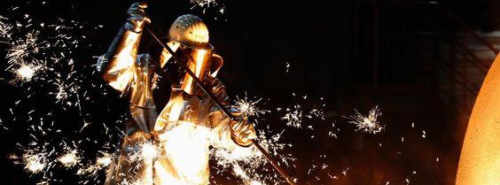 Ein Arbeiter in einer Fabrik Ofen Stahl größten europäischen Industriekonzern ThyssenKrupp AG, Duisburg.
