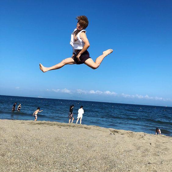 海でジャンプするおばたのお兄さん