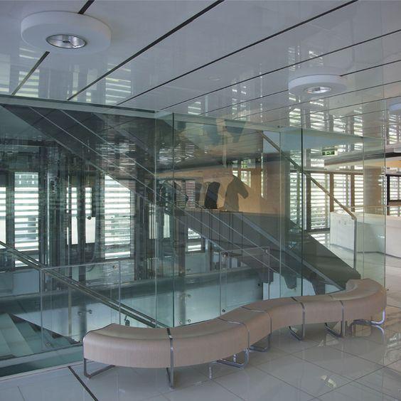 Centro Culturale Onassis a Geotemvergk in Germania. Sono stati impiegati i sistemi per #ringhiere linee semplici e moderne adatto per ambienti interni o esterni, #balconi, #scale interne o esterne e #parapetti interni Alumil M8200 (supporto di pannelli di vetro verticale senza nessun #montante intermedio).