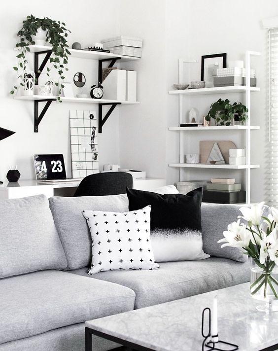 deco scandinave noir, gris et blanc, table metal avec plateau en marbre, canapé gris, coussins gris, blanc et noir, étagère murale rangement accessoires deco