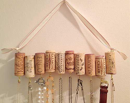 Faça você mesmo um porta bijus com as rolhas de garrafa que você guardou de momentos especiais.