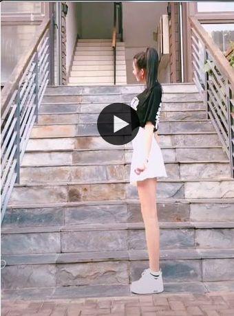olha essa menina sobe a escada dançando