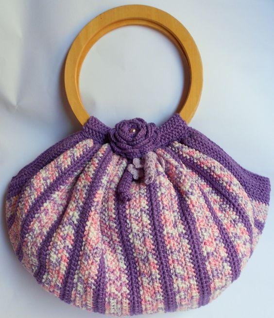 Linda Bolsa em crochê, modelo Fat Bag em tamanho pequeno, confeccionada em linha 100% algodão mercerizado, toda trabalhada em fio duplo, na cor roxo com mesclado de lilás, decorada com flor de crochê.    ...
