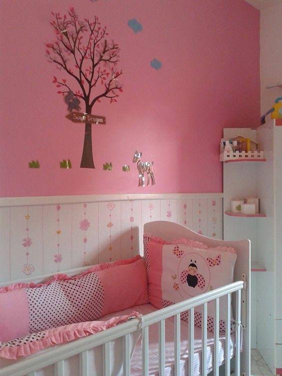 """Quarto com parede e acessórios em rosa, com papel de parece fofo para sua filha. Móveis brancos e meia parede ajudam a """"quebrar"""" o tom rose."""
