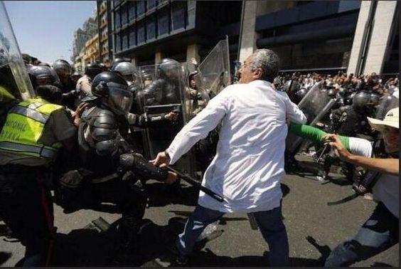 "FOTO que recorre el mundo: ""Valientes""de la PNB golpean a médico venezolano...cobardes policías que temen a malandros pic.twitter.com/UJOIAniB3d"