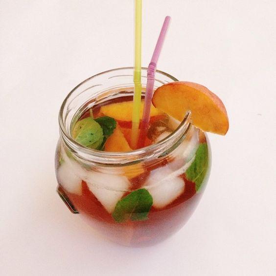 LEDENI CAJ / ICED TEA  Prokuvati litar vode, dodati 2 kesice crnog caja i ostaviti 15ak minuta. Izvaditi kesice caja, ubaciti kriske breskvi i listove nane. Ohladiti po zelji i dodati led na kraju. * Zasladiti po zelji (2 kasicice meda)  ____________________________________ Boil 5 cups of water, add 2 tea bags of black tea and leave it for 15 minutes. Remove tea bags, add slices of peach and fresh mint leaves. Refrigerate until chilled and add ice. * Add 2tsp of honey or more if you want to…