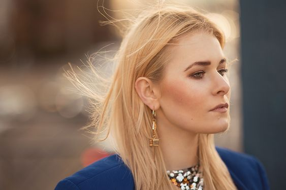 Portrait of fashion babe Christina Key with bleach blonde hair