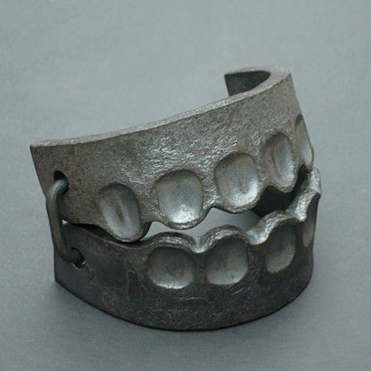 Sophie Hanagarth, Trap-bracelet, iron: