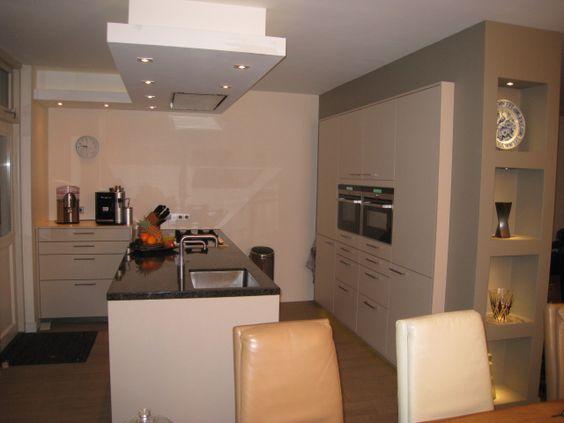 Moderne keuken met rechte greep, een granieten blad en hoge kast ...