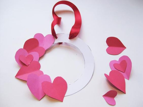 Easy kids Valentine's Day craft - a gorgeous pink Valentines wreath - great gift for Mom!