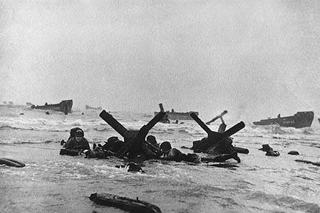 ROBERT CAPA photographe de guerre   La flaneuse / Le débarquement des Alliés en Normandie le 6 juin 1944