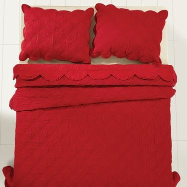 You can't go wrong with our Amelia Rouge Luxury King Quilt Bundle (Quilt and 2 Luxury Shams) - Primitive Star Quilt Shop. It comes in three different sizes and is bundled for your convenience. https://www.primitivestarquiltshop.com/collections/amelia-rouge-bedding #primitivecountrybedroomsbeddingandaccessories