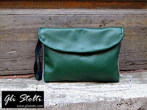 Borsa maxi pochette artigianale in cuoio pregiato morbido verde bottiglia lavorata e cucita a mano. Vai al link per tutte le info: http://glistolti.shopmania.biz/compra/maxi-pochette-artigianale-in-cuoio-pregiato-verde-bottiglia-649 Gli Stolti Original Design. HandMade in Italy. #glistolti #moda #artigianato #madeinitaly #design #stile #roma #rome #shopping #fashion #handmade #handicraft #handcrafted #style #borsa #cuoio #leather #bag
