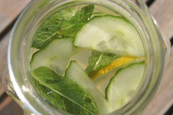 Detox water met citroensap en munt