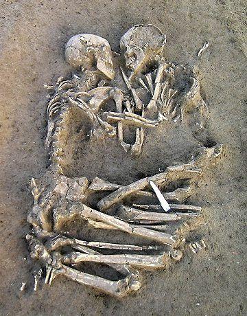 Dos individuos abrazados hallados en un enterramiento del III milenio a.c. (Italia):