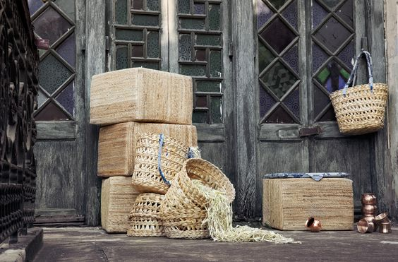 La collezione #HEMTRAKT include borse, fodere per cuscini, cuscini per sedie, runner e tovaglioli cuciti e ricamati a mano, borse da mare, cestini, scatole, tovagliette, cornici e pouf intrecciati a mano in fibre di banano rinnovabili. #IWD2016 #womensday #8marzo #madetochange
