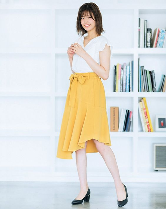 黄色スカートの渡邊理沙