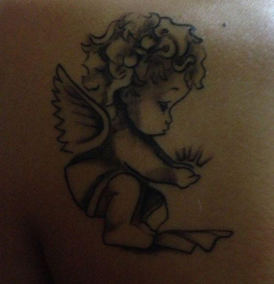 """ange.c  #casttattoo In redazione stanno arrivando tantissime foto di tatuaggi con storie bellissime. Grazie a tutti e continuate così! Ecco il tatuaggio di """"ange.c"""". """"Un angioletto con una luce tra le mani, tatuato dietro la spalla sinistra, lato del cuore. Da due anni ho un angelo custode volato in cielo troppo presto. Resterà inciso per sempre sulla pelle e sul mio cuore."""" http://tattoo.codcast.it/"""