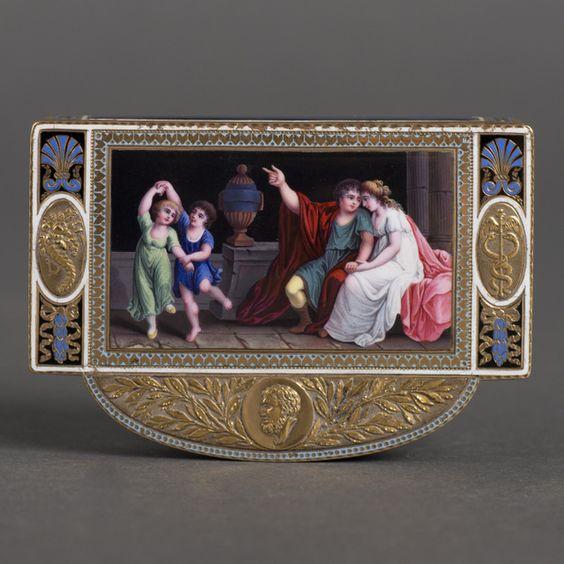 Rijk gedecoreerde 18kt gouden snuifdoos met gedreven decor van lauwertakken, hoorn des overvloeds en Grieks hoofd, geëmailleerd deksel met voorstelling van een Romeins gezin met twee spelende kinderen in interieur, circa 1780:
