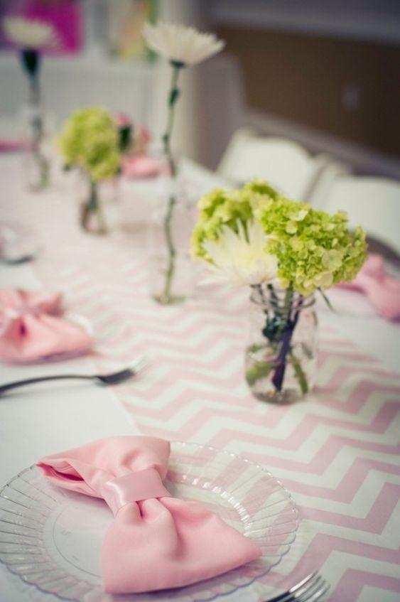 hochzeit tischdeko ideen rosa schleife serviette grüne hortensien