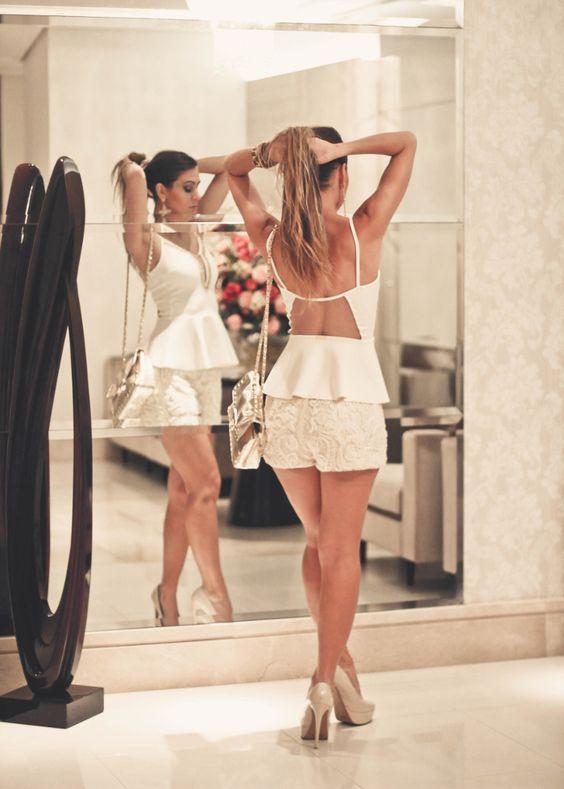 Looks para balada com shorts bordado e blusa peplum costa nua: