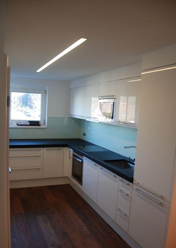 Steckdosen In Nischenrückwand Küche | Kuche Hochglanz Firnweiss Lackiert Stein Arbeitsplatte 5 Cm