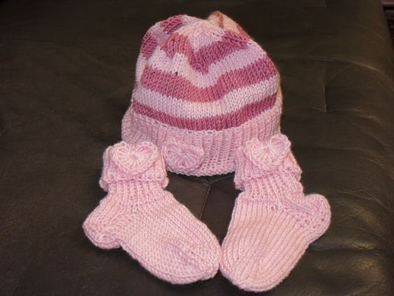 Babymütze rosa - altrosa gestreift mit Söckchen von der woll-loewe auf DaWanda.com