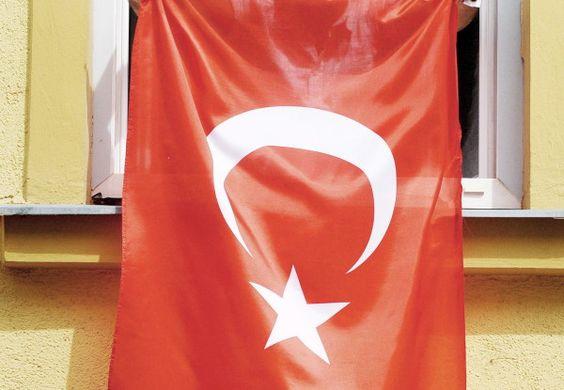 In Wiener Neustadt künftig verboten: Eine türkische Flagge auf einem Haus, hier in Wien. (Foto: dpa)